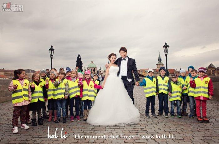 一群可愛的小朋友與新人合照, 查理橋的婚紗攝影   Prewedding in Charles Bridge in Prague