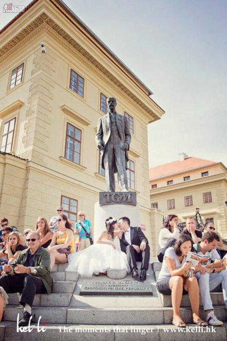 在人群中的情侶,布拉格婚紗攝影  Lovers in the crowd, Prague Prewedding