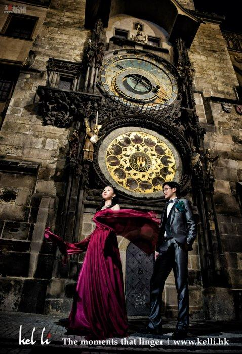 在布拉格的天文鐘低下拍攝的婚紗照   the Astronomical Clock in Prague