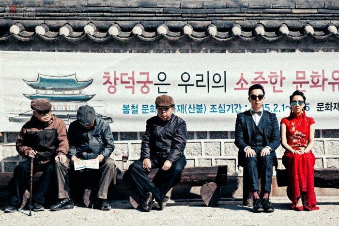 很喜歡的一張作品,現場有幾位大叔釋心打扮為北韓人民,再加上簡潔既背景,北韓feel無誤