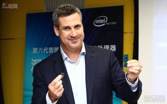 新技術也需新市場,Intel 的未來之路 - 英特爾公司客戶端計算事業部副總裁、筆記本產品營銷總經理  Chris Walker展示六代酷睿處理器.jpg