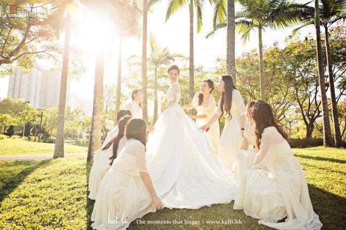 姐妹為新娘整理裙照片
