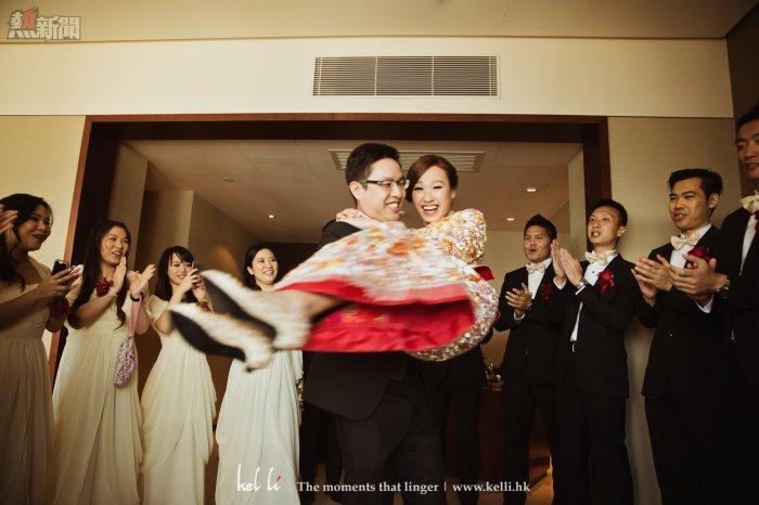 新郎在接到新娘時興奮不已,抱起新娘轉圈以表勝利