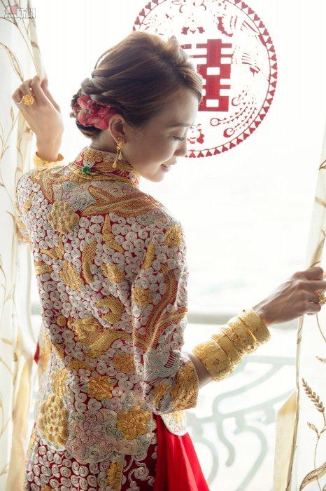 在婚禮當日,新娘子穿上中式裙褂也能帶上優雅