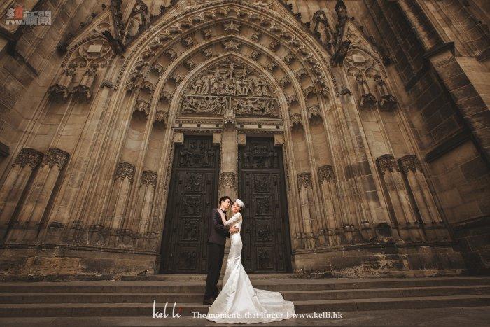 來到歐洲,沒理由不拍下歐洲背景建築物,我們拍攝的婚紗相中,有些是近照,有些是大景,這樣才有較多元化