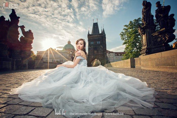 清晨很好天氣,在查理大橋配上漂亮的良娘子,拍出來的婚紗相怎能不美