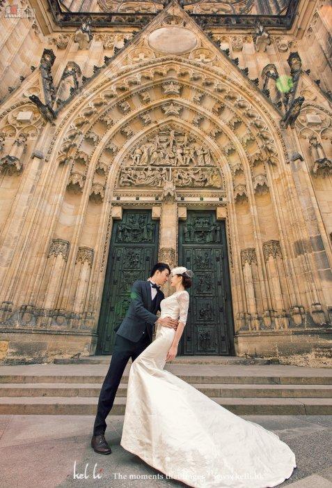 教堂門前的情侶照