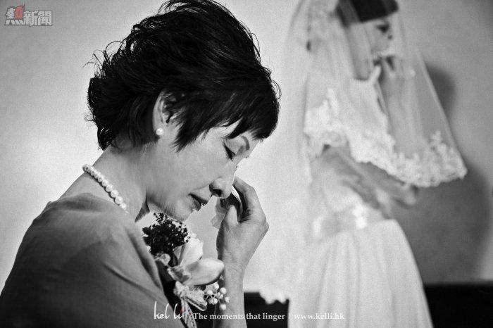 在註冊時候,在同一刻,新娘及新娘媽媽同時流淚了,我相信媽媽縈繞內心的是很捨不得女兒,但女兒找到一個能痛愛她的人,是幸福的。