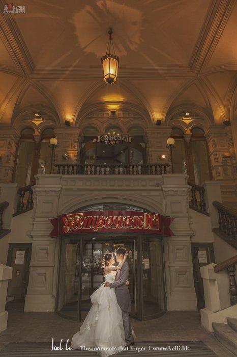 在一家很有俄羅斯特色的餐廳門前拍攝