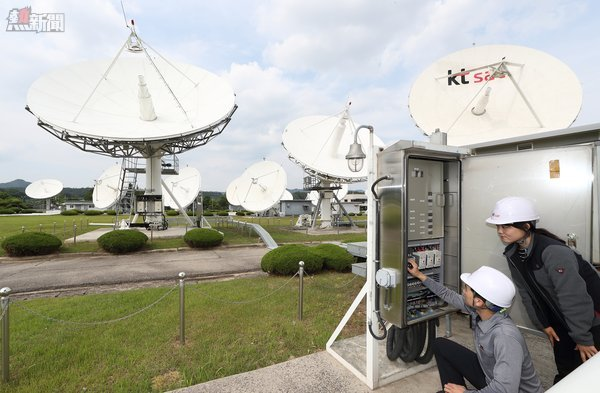 6月7日,KT SAT的員工在Kumsan Satellite Service Center檢查衛星天線。